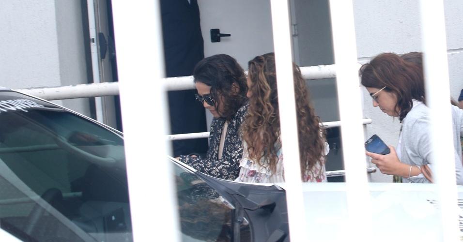 17.set.2016 - Luciana Lima esposa do ator Domingos Montagner chega no Teatro Fernando Torres onde acontece o velório do ator na manhã deste sábado