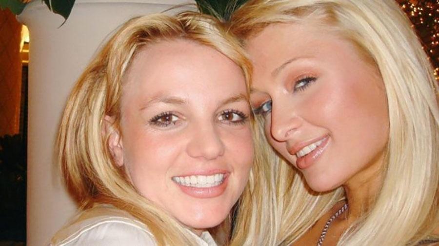 """Britney Spears e Paris Hilton em foto feita em 2006 e postada no Twitter; Paris disse que as duas teriam """"inventado"""" a selfie - Reprodução/Twitter"""