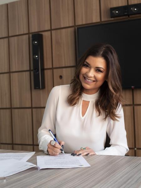 Amanda Françozo assina contrato com a TV  Aparecida  - Divulgação / TV  Aparecida