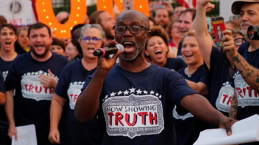Kenny Ingram protesta em ato de integrantes da Broadway contra Trump - REUTERS/Brian Snyder