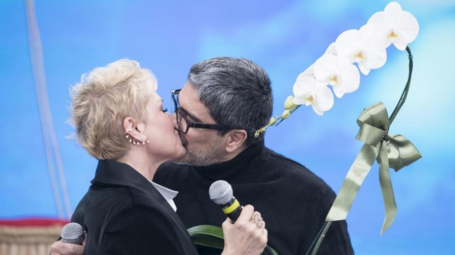 """Xuxa ganha declaração de amor de Junno Andrade no """"Programa da Sabrina"""" - Edu Moraes/Record TV"""