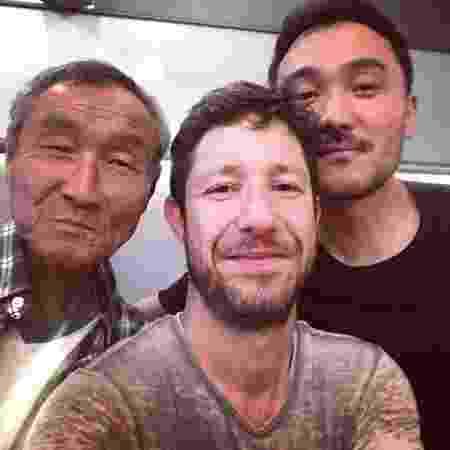O ator Fabiano Augusto posa com o namorado, Dan Nakagawa, e o sogro - Reprodução/Instagram/fabianoaugustopinto