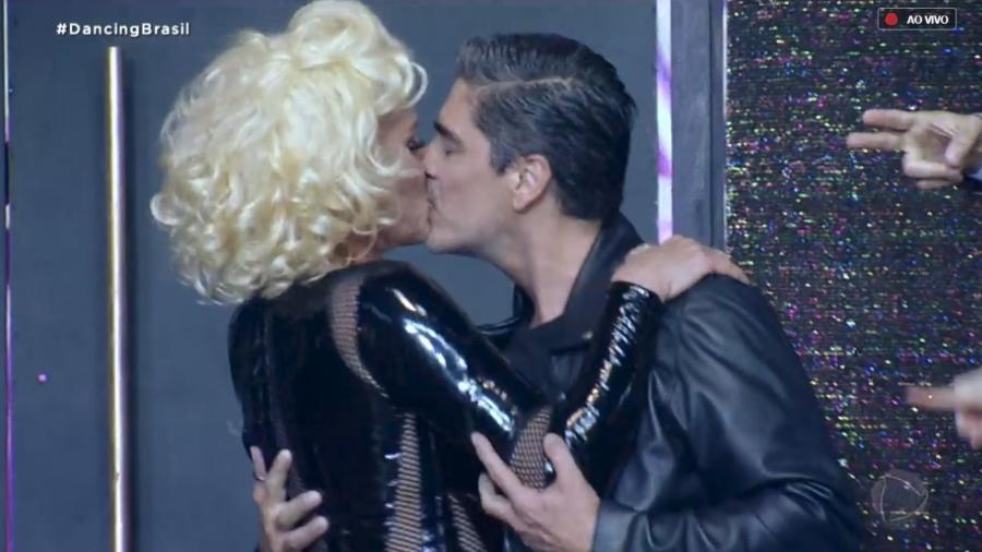 """Xuxa e namorado abrem """"Dancing Brasil"""" com dança e beijaço - Reprodução/TV Record"""