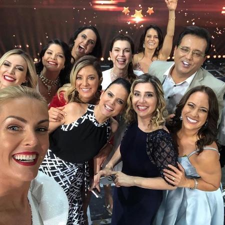 """Artistas e jornalistas da Record se reúnem para gravação do """"Família Record"""" - Reprodução/Instagram"""