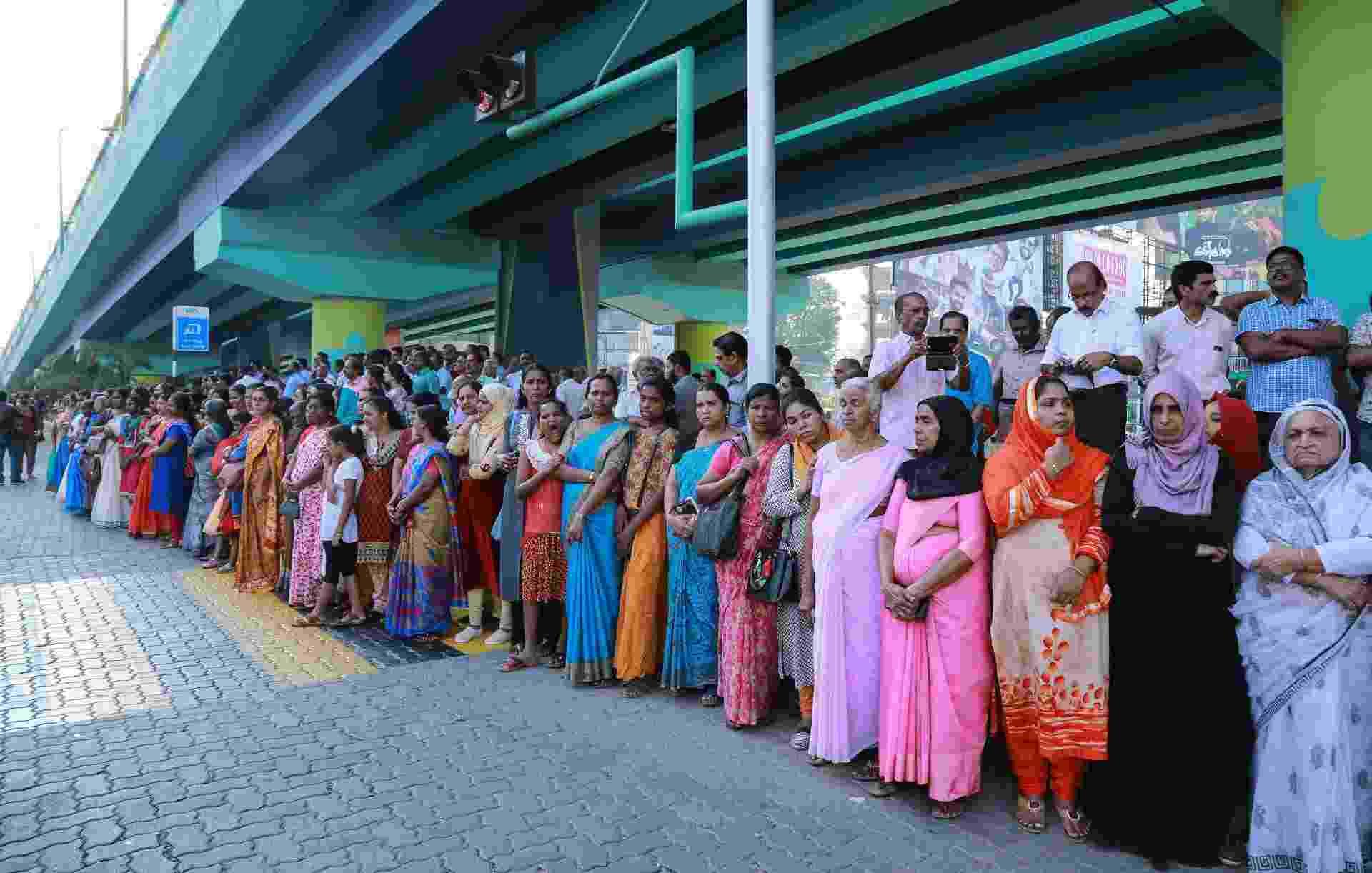"""A """"parede das mulheres"""" já reúne mais de 5 milhões de cidadãs por 600 km, pedindo a liberação de suas entradas nos templos - AFP"""