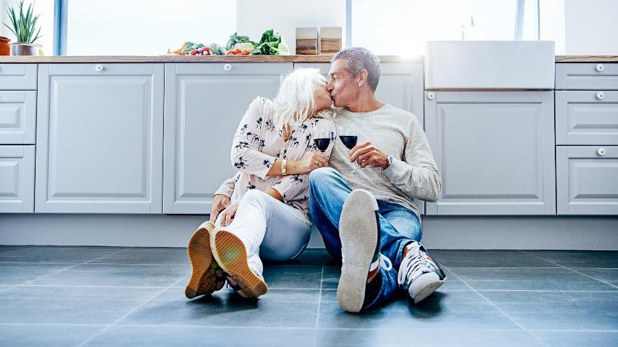 Carícias, beijos, abraços e sexo melhoram a sensação de prazer e bem-estar de pessoas na terceira idade - iStock