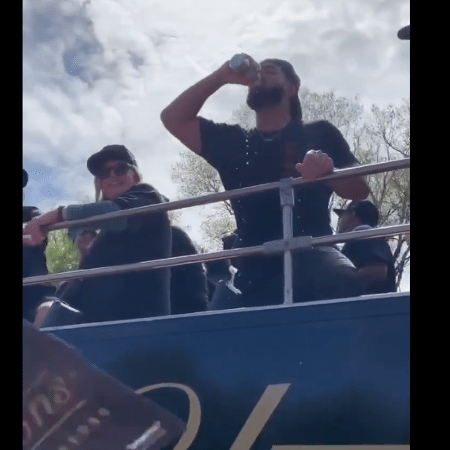 Drake toma cerveja durante o desfile do Toronto Raptors - Reprodução