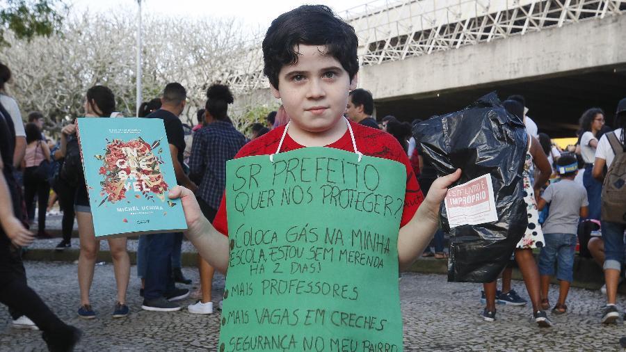 Pedro Otávio, 8 anos, protesta na Bienal pela falta de gás na sua escola - Marcelo de Jesus/UOL