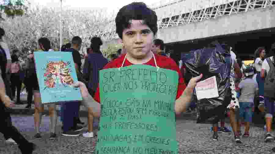 7.set.2019 - Pedro Otávio, 8, protestou na Bienal do Livro pela falta de gás na sua escola no Rio - Marcelo de Jesus/UOL