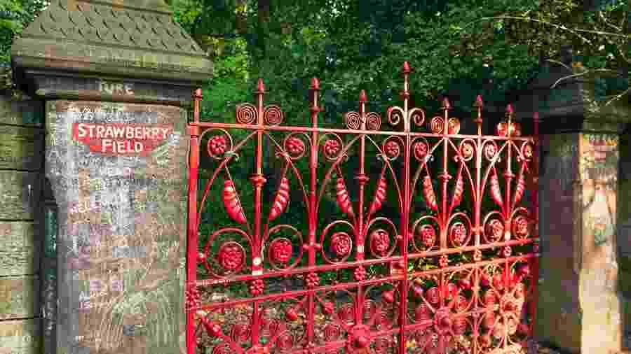 """Fachada da entrada do jardim """"Strawberry Fields"""" - iStock"""