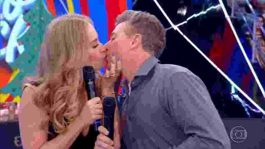 """Angélica e Luciano Huck se beijam durante o programa """"Caldeirão do Huck"""" - Reprodução/TV Globo"""