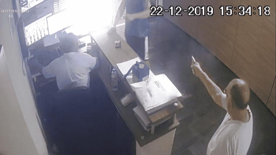 Câmeras de segurança registraram o homem que atirou em seu vizinho - Reprodução/TV Globo
