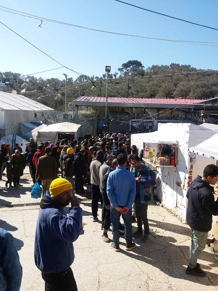Cola para el agua en el campo de refugiados - Mustafa