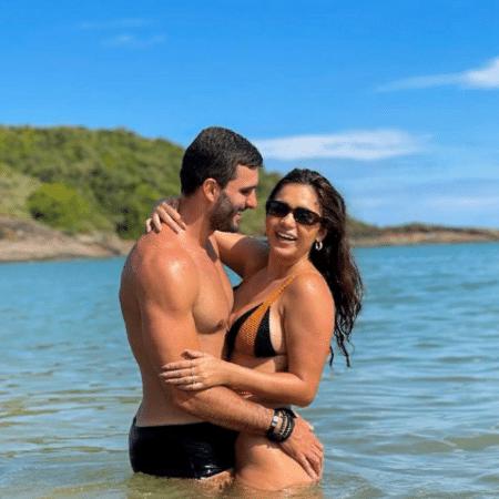 Gizelly Bicalho e Talles Gripp posaram em clima romântico no mar - Reprodução/Instagram