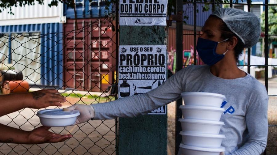 Distribuição de 500 refeições diárias pela Cia. Mungunzá, que faz parte da Rede Cuide do Bom Retiro - Divulgação