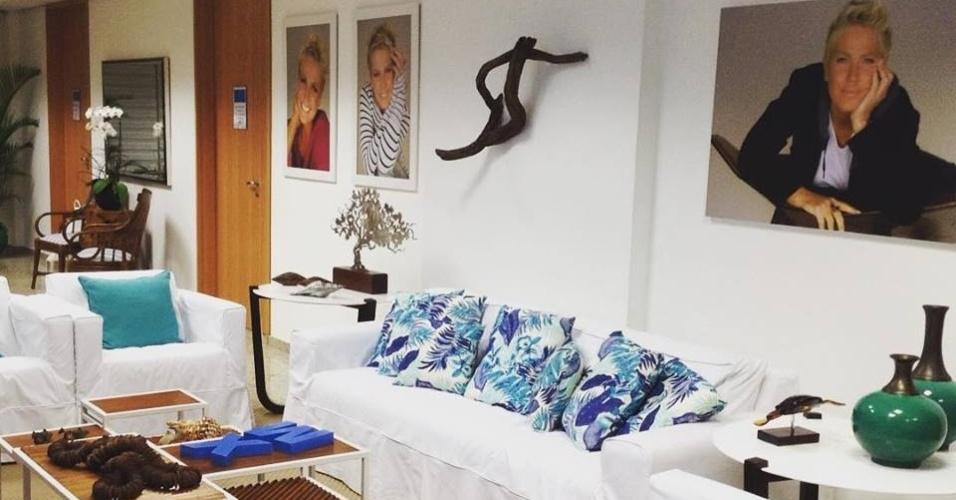 17.ago.2015- O camarim da Xuxa foi decorado com as cores branca e azul. Quadros com fotos da apresentadora enfeitam as paredes