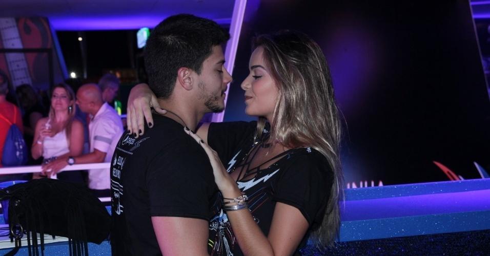 18.set.2015 - Arthur Aguiar beija muito a namorada Camila Mayrink