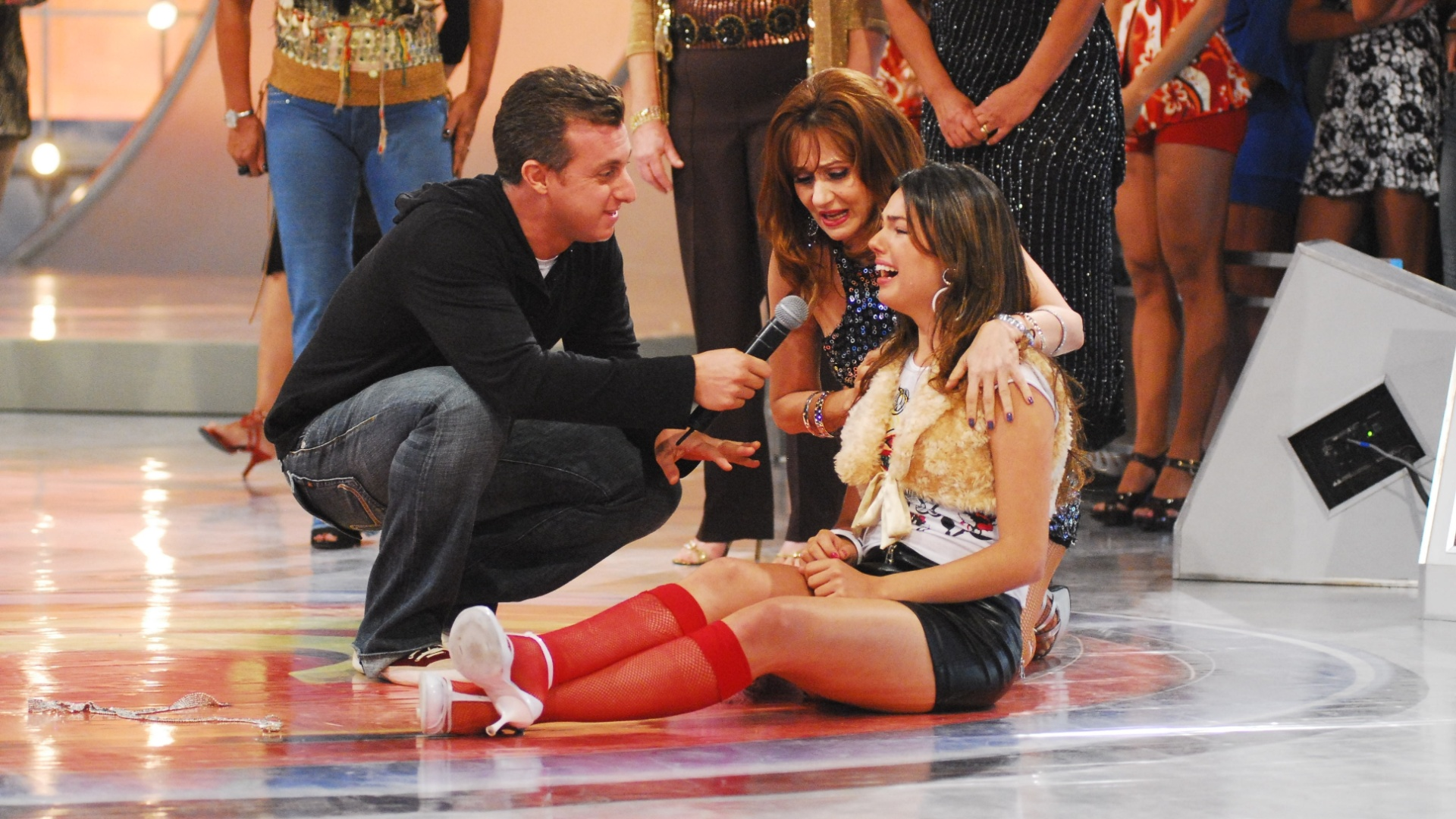 Rakelli (Isis Valverde) chora no programa de Luciano Huck em