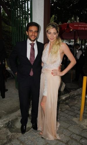 6.dez.2015 - A atriz Luma Costa chega ao casamento de Sophie Charlotte e Daniel de Oliveira, em Niterói, RJ