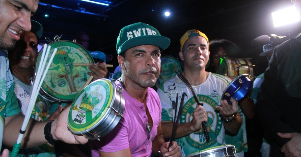 13.jan.2015 - Zezé Di Camargo cai no samba no lançamento do seu camarote, na noite desta quarta-feira