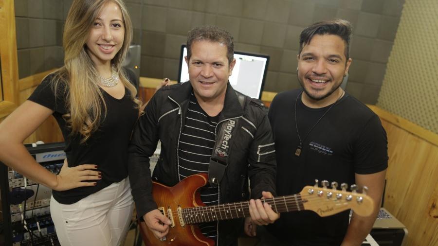 Ximbinha ao lado de Leya e Gêh Rodriguez, vocalistas do X-Calypso - Divulgação