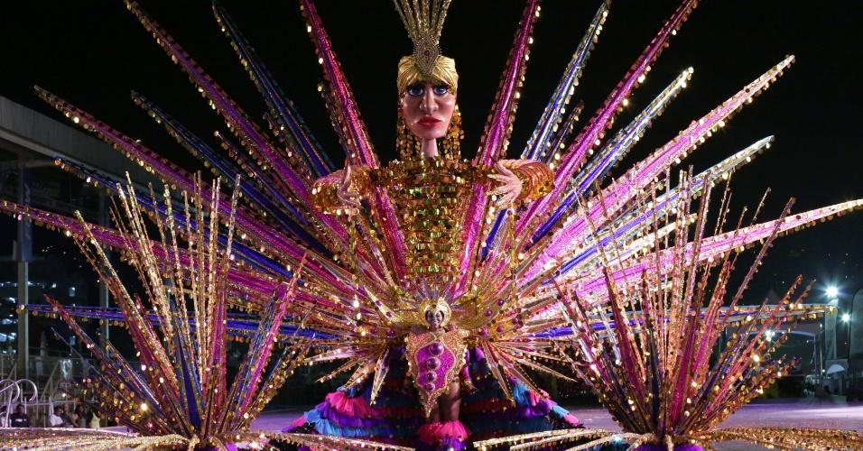 """Muito brilho e glamour no traje """"Mystical Goddess of Light"""", de Savitri Holassie, em Trindade e Tobago"""
