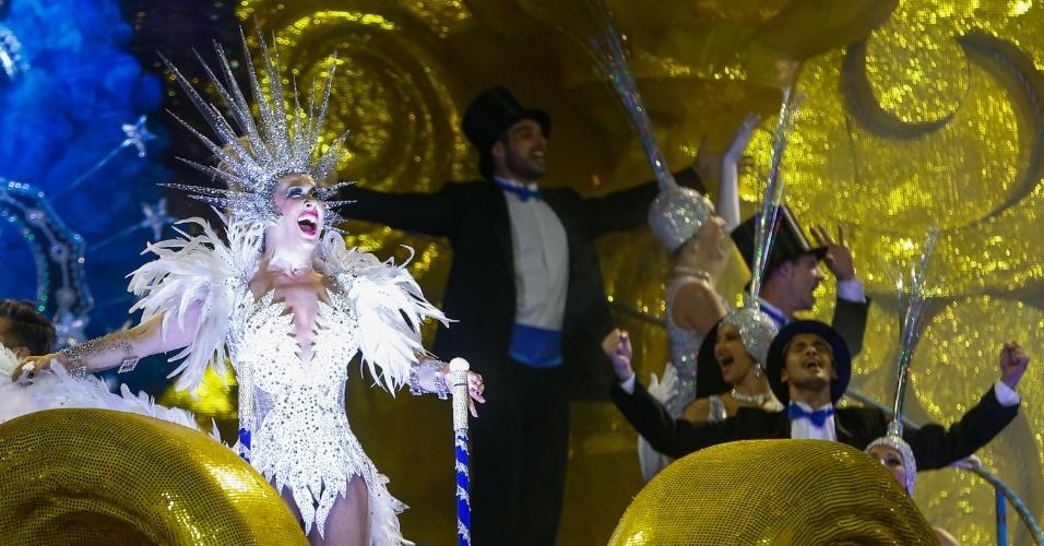 """6.fev.2016 - Cláudia Raia, grande destaque da noite da Nenê de Vila Matilde, com bailarinos de seu espetáculo atual, """"Raia 30 Anos"""""""