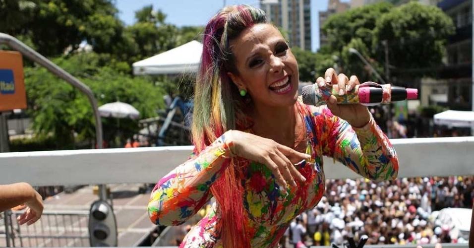 Com os cabelos coloridos, Carla Perez contagia o público em seu trio, Algodão Doce, nas ruas de Salvador (Bahia). Para animar ainda mais a criançada, a cantora recebe os palhaços Patati e Patatá
