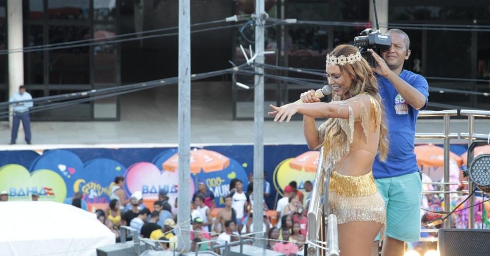 7.fev.2016 - Vocalista da banda Cheiro de Amor, Vina Calmon desfilou na primeira noite do Carnaval baiano com vestido transparente em homenagem à lua. No desfile no circuito Campo Grande, neste domingo, a roupa de Thidy Alvis tem inspiração no sol