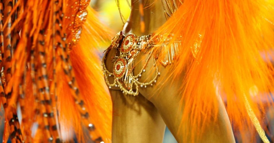 7.fev.2016 - Detalhe da fantasia de uma das musas da Estácio da Sá, escola que abriu a elite do Carnaval do Rio