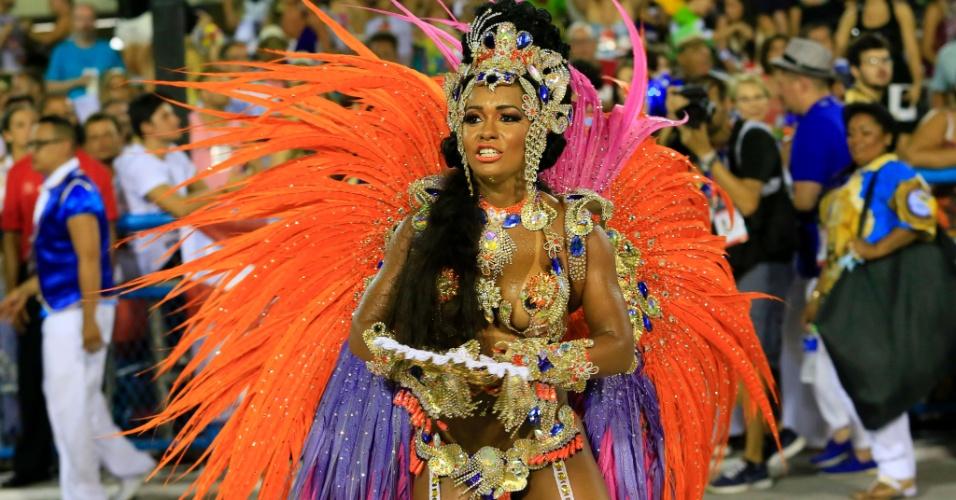 8.fev.2016 - À frente da bateria, a rainha Raíssa de Oliveira, há 14 anos na escola, representa a nobreza da corte