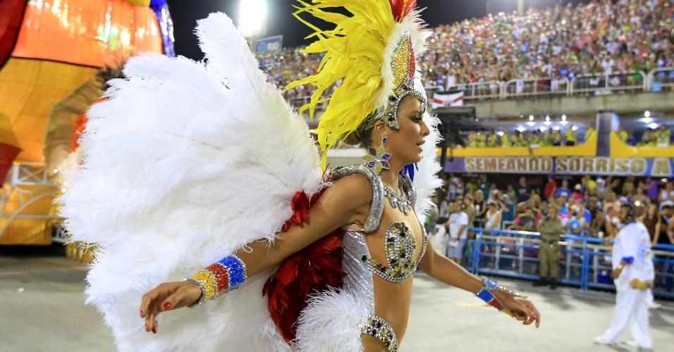 8.fev.2016 - Ticiane Pinheiro saiu como destaque de chão da Unidos de Vila Isabel, em desfile da noite desta segunda-feira