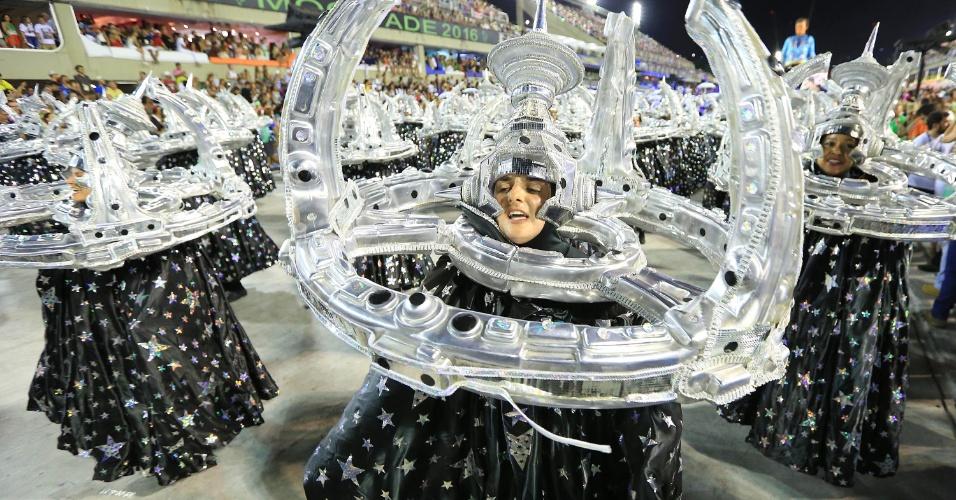 """9.fev.2016 - Desfile da Portela com o samba-enredo """"No Voo da Águia, Uma Viagem Sem Fim"""""""