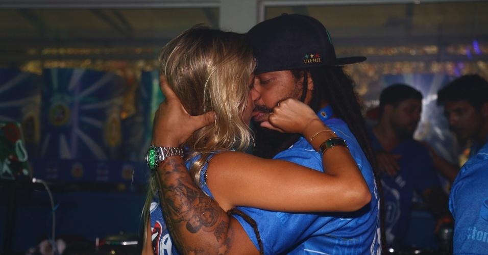 13.fev.2016 - Marcelo Falcão beija a relações púlbicas Shantal Abreu em camarote da Sapucaí