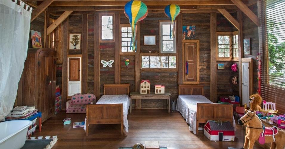 Com muitos brinquedos e móveis em miniatura, a brinquedoteca foi totalmente construída com madeira de demolição. A casa em Samambaia é um projeto do arquiteto Rodrigo Simão