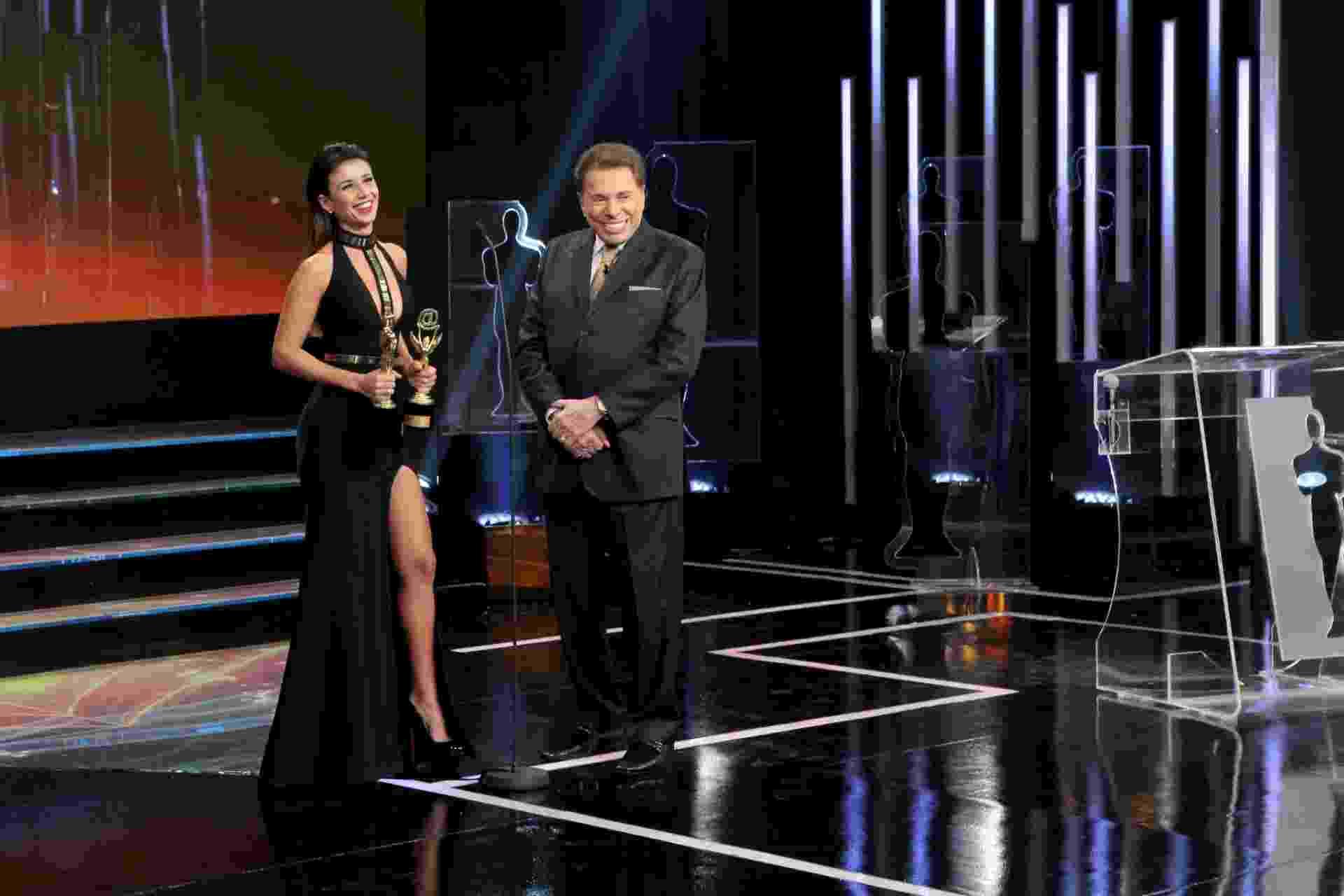 Cantora Paula Fernandes recebe seus troféus na premiação e se diverte ao lado do animador Silvio Santos - Divulgação/SBT