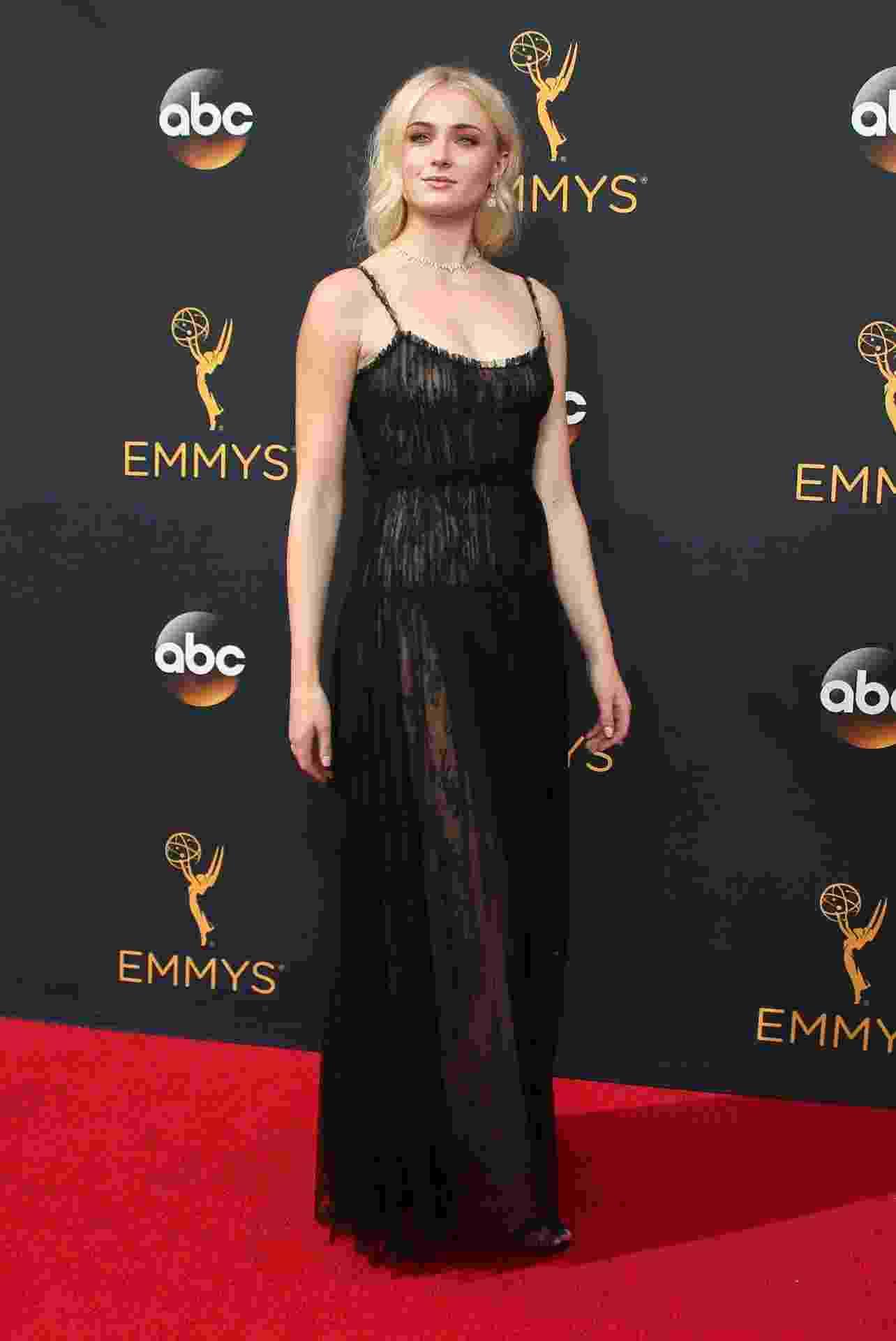 """18.set.2016 - Bem diferente da ficção, Sophie Turner, a Sansa de """"Game of Thrones"""", aparece loira e abusando da transparência no tapete vermelho do Emmy - REUTERS/Lucy Nicholson"""