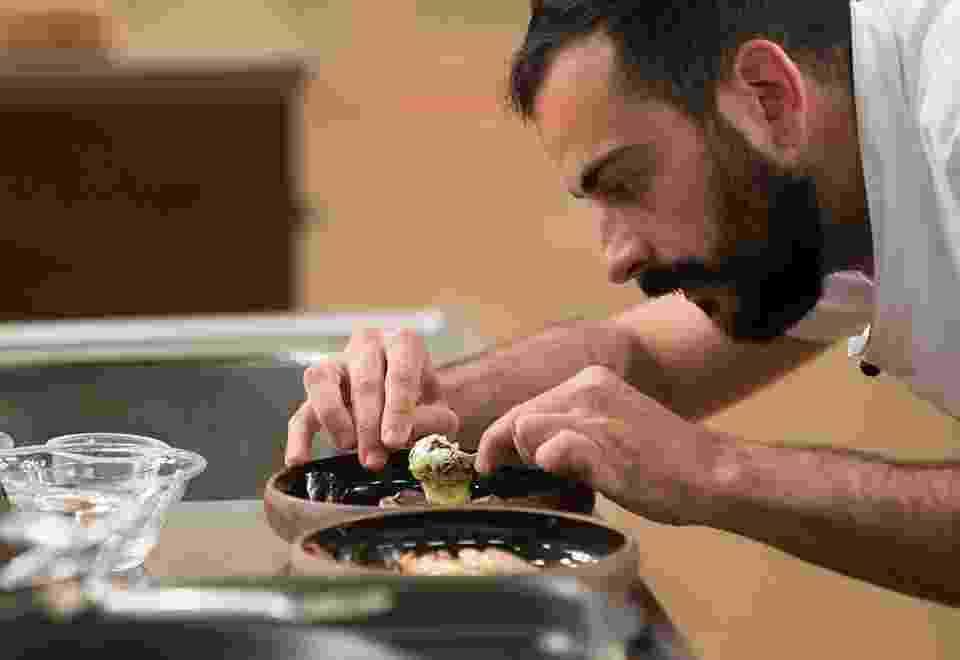 """Finalista do """"MasterChef Profissionais"""", que termina na próxima terça (13), Marcelo Verde levou muitas críticas dos jurados no início do relity show por pratos, no mínimo, criativos. Aos poucos, o chef de 27 anos acabou conquistando Jacquin, Fogaça e Paola Carosella. Ousado e impulsivo, ele foi chamado de """"louco"""" pelos rivais por invenções como picles de folha de cenoura e baião de dois de banana - Carlos Reinis/Band"""