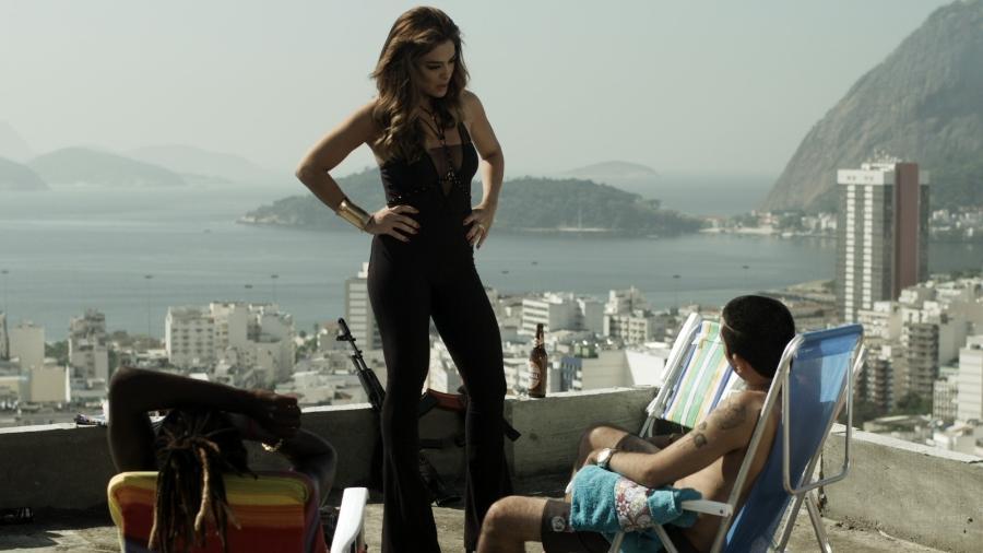 """Bibi (Juliana Paes) interroga traficantes sobre caso do marido em """"A Força do Querer"""" - Reprodução/GShow"""