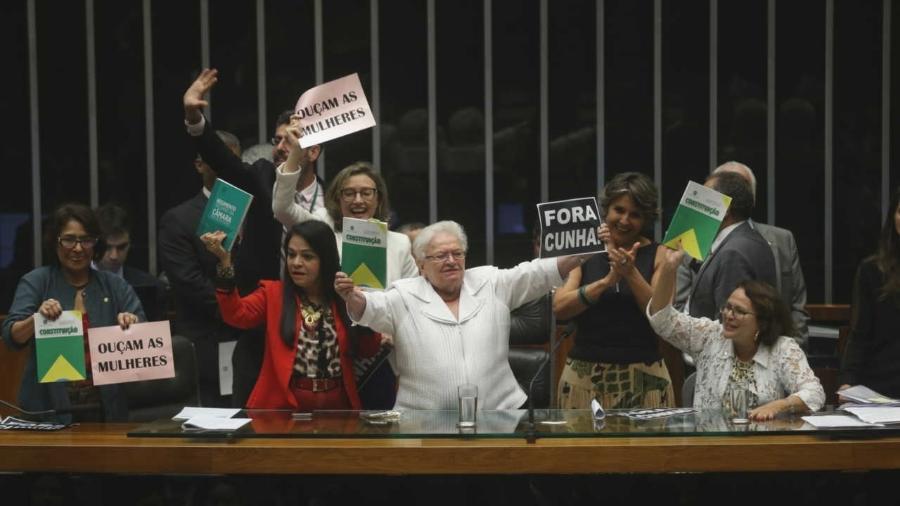 A bancada feminina da Câmara durante protesto contra Eduardo Cunha em 2016 - Alan Marques/Folhapress