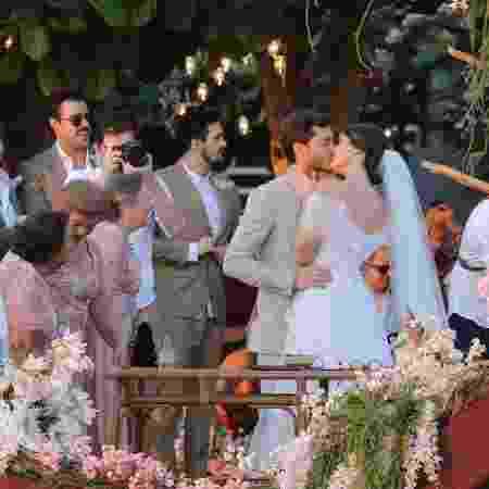 Klebber Toledo e Camila Queiroz trocam beijo durante cerimônia de casamento em Jericoacoara (CE) - Manuela Scarpa/Brazil News