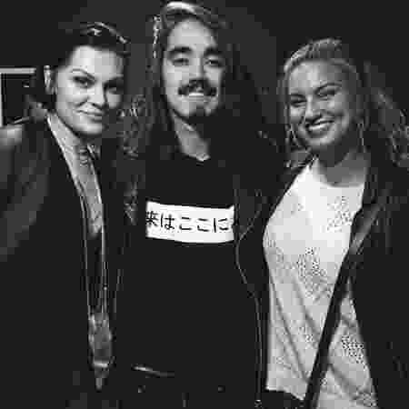 Mateus Asato entre Jessie J e Tori Kelly - Reprodução/Instagram/@mateusasato - Reprodução/Instagram/@mateusasato