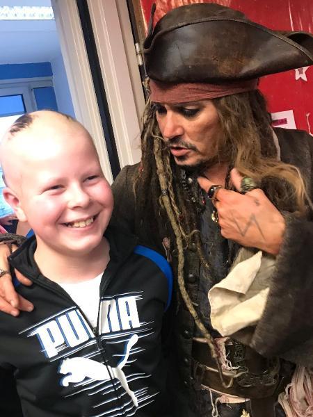 """Johnny Depp visita crianças em hospital vestido de Jack Sparrow, da saga """"Piratas do Caribe"""" - HO / Institut Curie / AFP"""