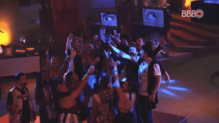 "Brothers fazem brinde durante ""Festa Art"" - Reprodução/GloboPlay - Reprodução/GloboPlay"