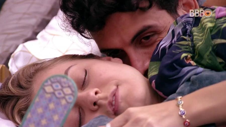Isabella e Maycon ficam abraçadas na cama  - Reprodução/GloboPlay