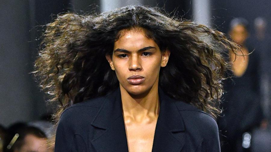 Thalita Farias ao abrir o desfile da Thierry Mugler na Semana de Moda de Paris, em 27 de fevereiro - Getty Images