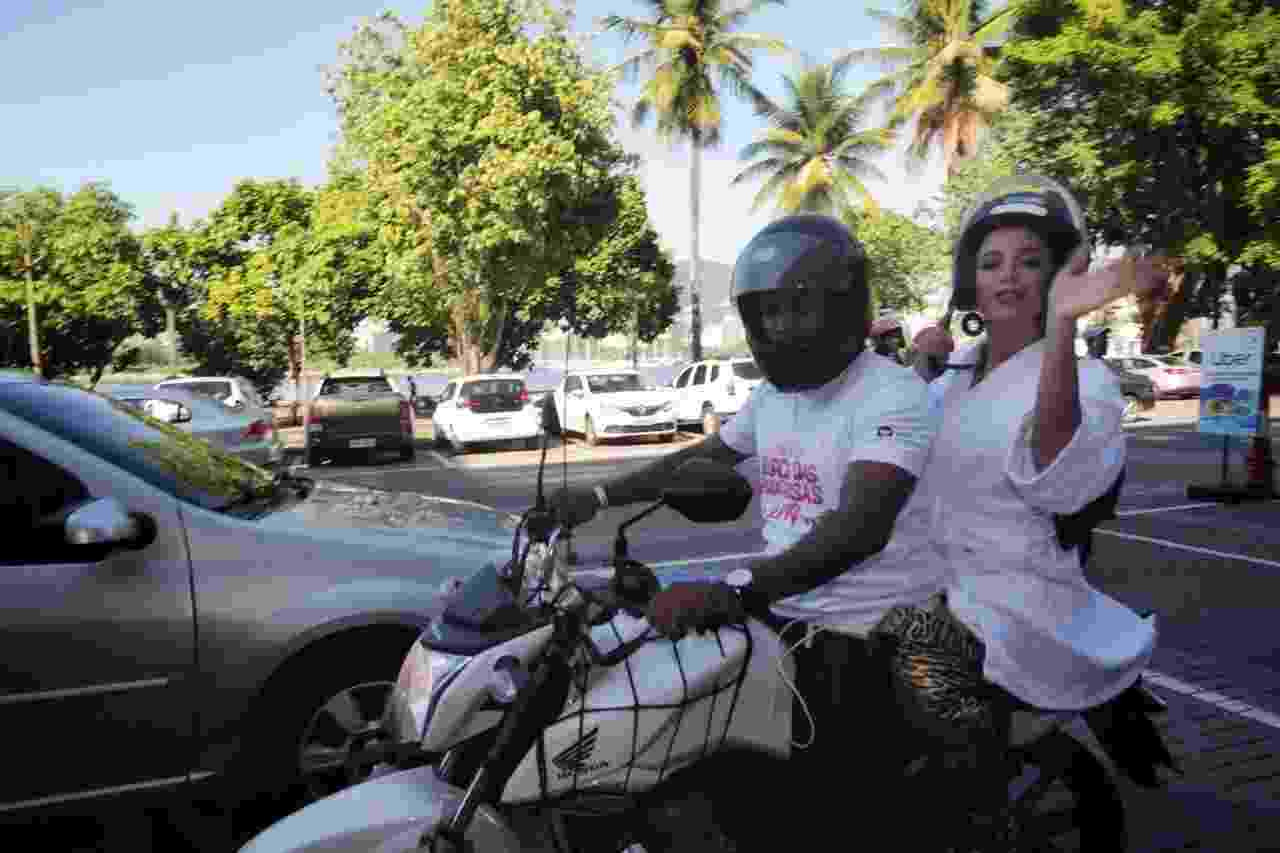 Anitta vai de moto para o Bloco das Poderosas, que acontece neste sábado, no Rio - Luciola Villela/UOL