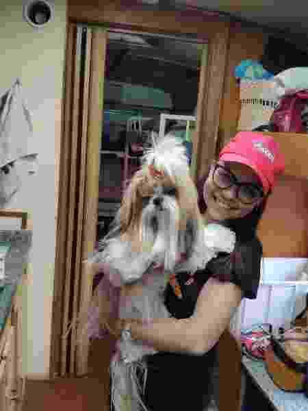 Kisy e a cachorrinha Mel; donos dizem que ela e Pluto ficam no conforto do trailer durante a competição - Paulo Amaral/Colaboração para o UOL
