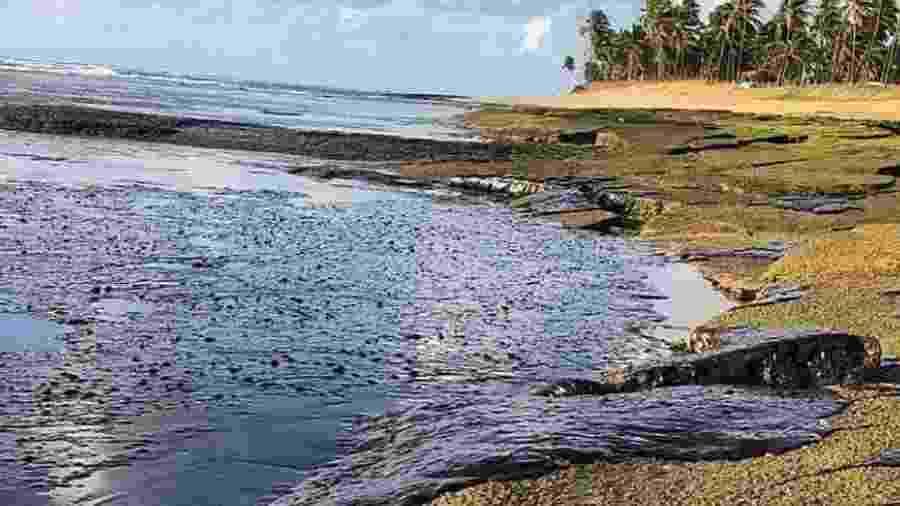 Na praia, no Pernambuco: óleo por todos os lados - iStock