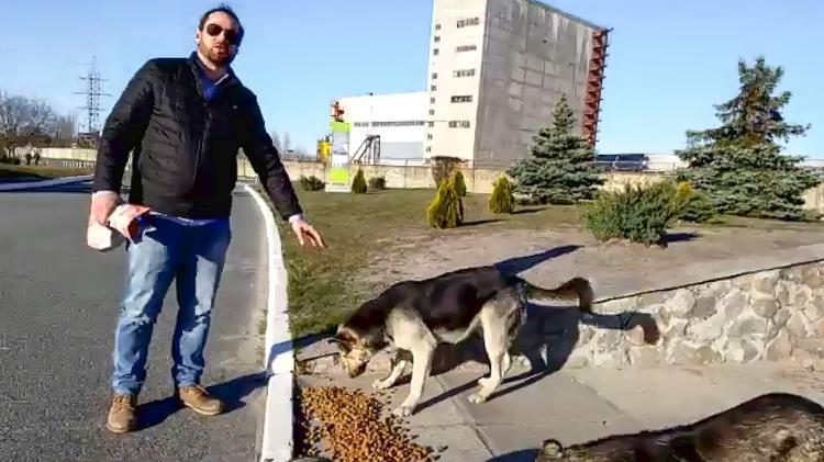 Lucas e os cães que habitam Chernobyl - Reprodução/Airbnb